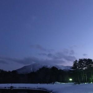 4月4日 雪が残る開館前の磐梯山と美術館庭園