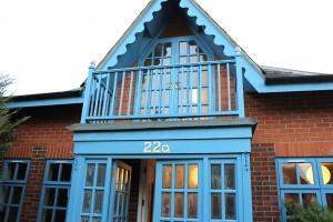 印象的なターコイズブルー…それ自体が作品のようなクルック宅。